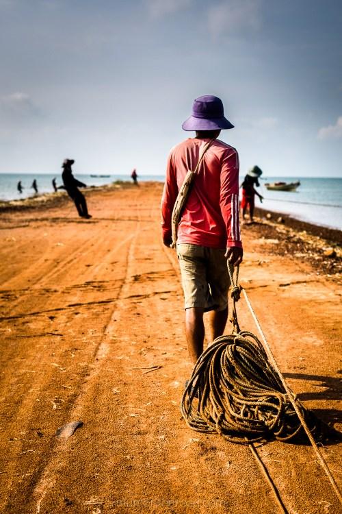 Pêcheurs sur la côte près de Kampot travaillant ensemble