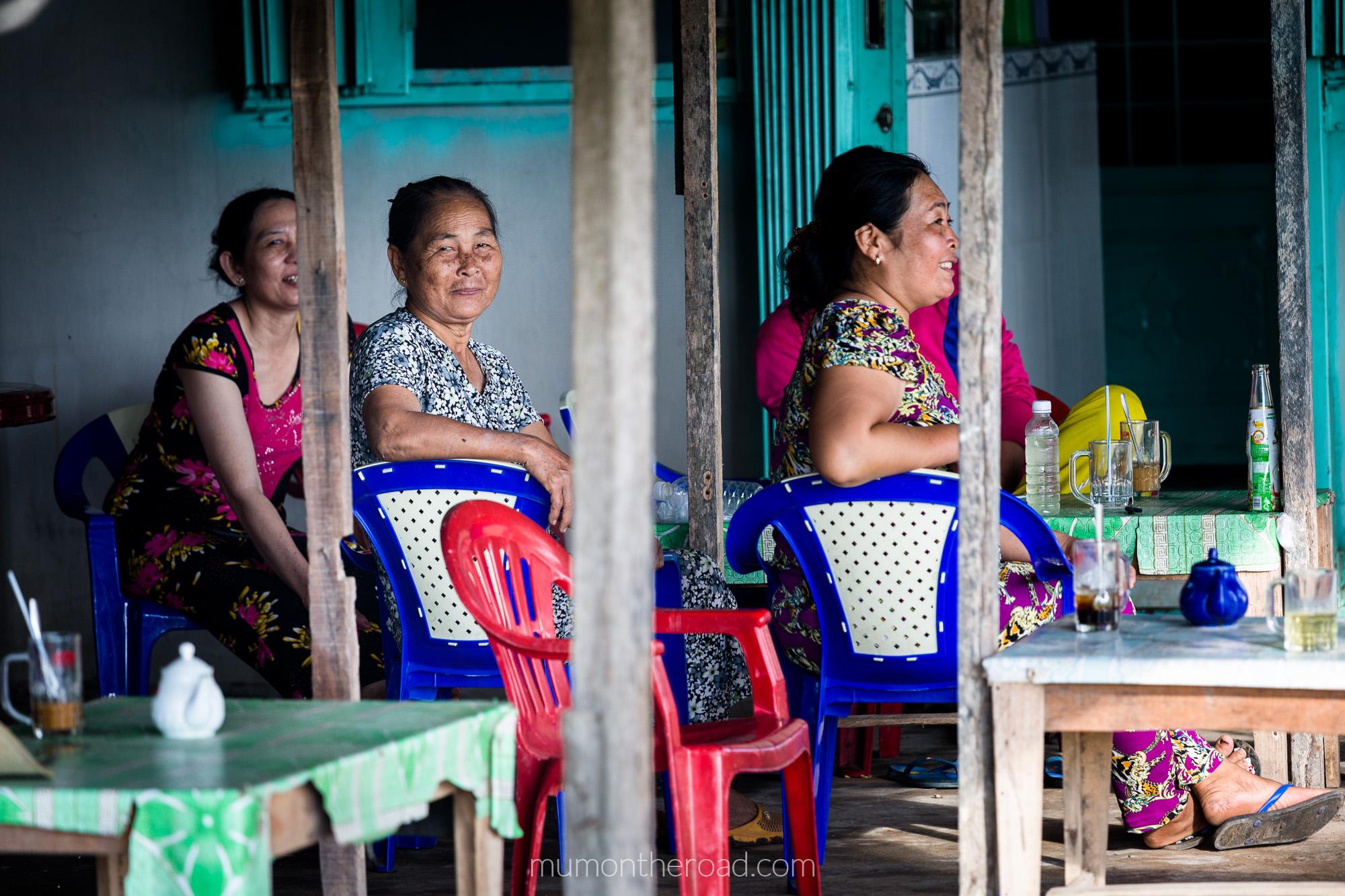 Un groupe de femmes vietnamiennes se détendent autour d'un café glacé dans la province de Ben Tre