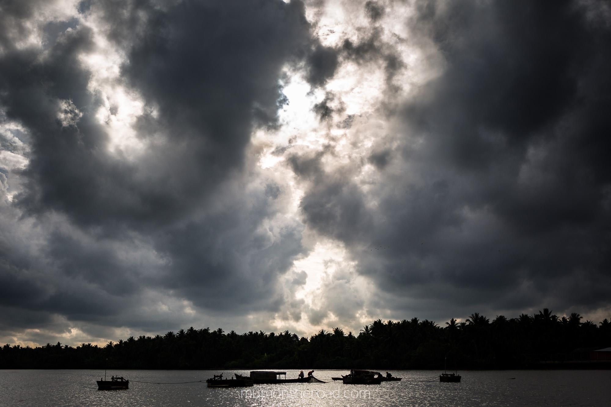 Sous un ciel menaçant, les pêcheurs du delta du Mékong s'affairent