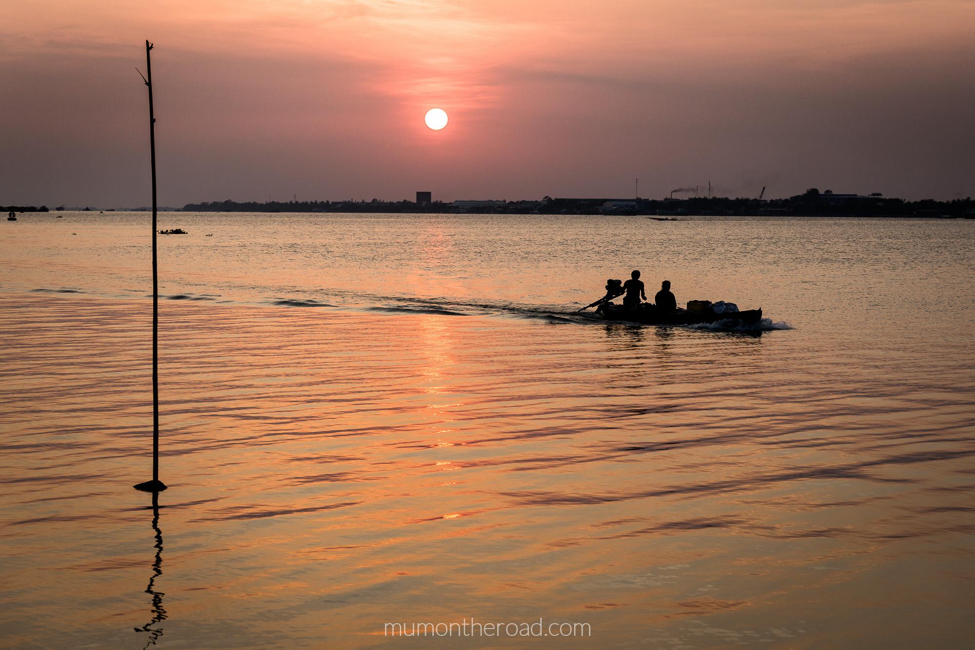 Coucher de soleil sur un bras du delta du Mékong à My Tho, Vietnam