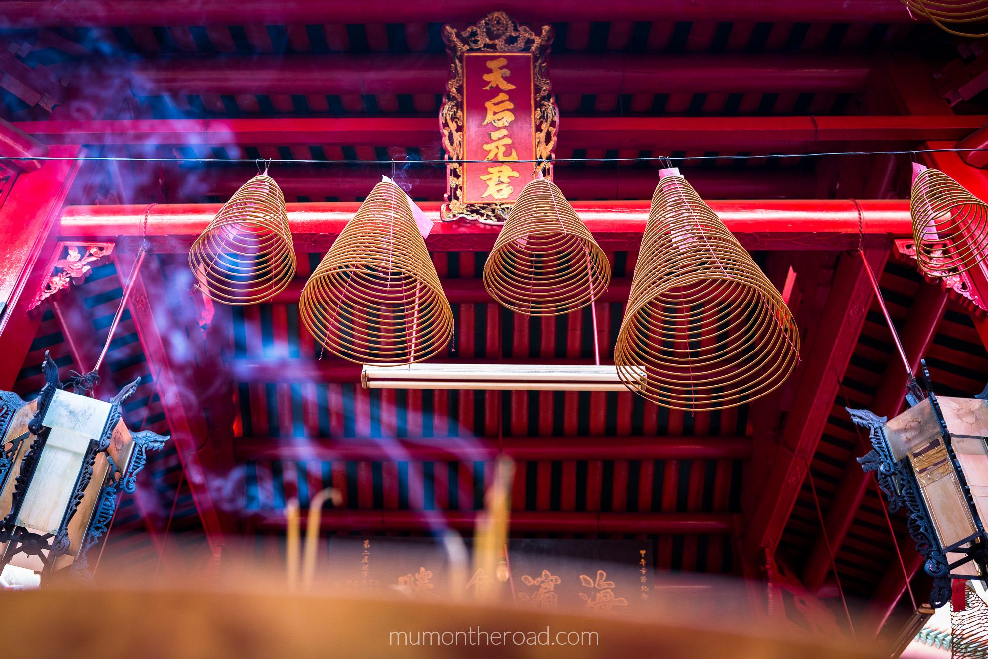 Encens qui brûle dans la pagode Thien Hau du quartier Cholon de Saigon au Vietnam