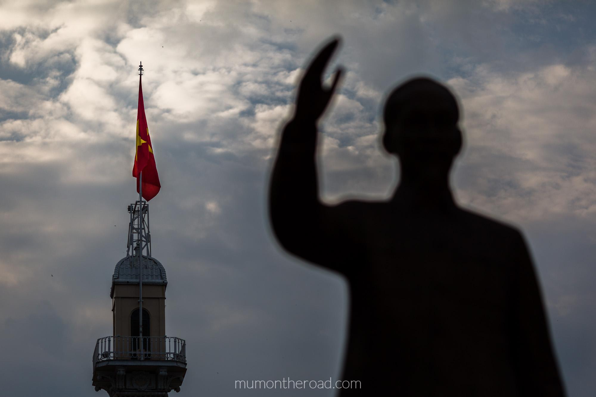Vue sur le drapeau communiste depuis la place Ho Chi Minh à Saigon au Vietnam