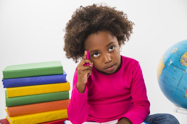Un enfant entrain de réfléchir_Muna Kalati