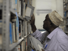 vieillard dans une bibliothèque_Cameroun_Muna kalati