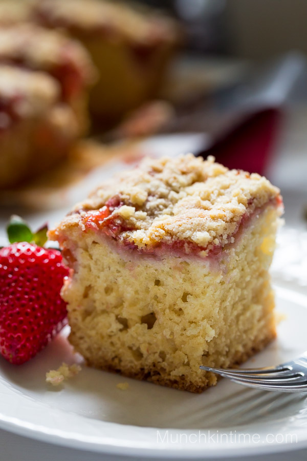 Strawberry Rhubarb Coffee Cake Recipe - #coffeecake www.munchkintime.com #dessertrecipe