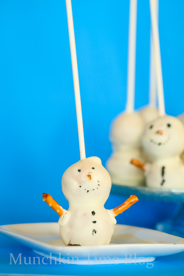 Do you want to build a #SNOWMAN CakePop? These snowman cakepops will melt in your mouth.  Made of one of my favorite #cakepoprecipe.  Perfect Christmas dessert to make for your kids or guests. Also these snowman cakepops will be perfect for Frozen birthday party. Don't you think so?