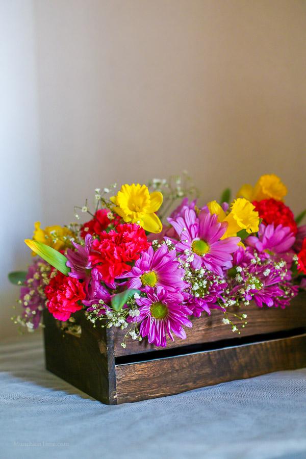 DIY - Daisy Daffodil Carnation Flower Centerpiece by Love Keil -- www.munchkintime.com #flowercenterpiece