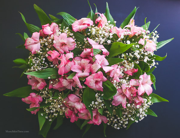 DIY - Daisy Daffodil Carnation Centerpiece by Love Keil -- www.munchkintime.com #flowercenterpiece