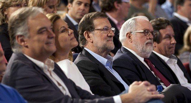 Rajoy, rodeado de dirigentes del PP. / Mundiario