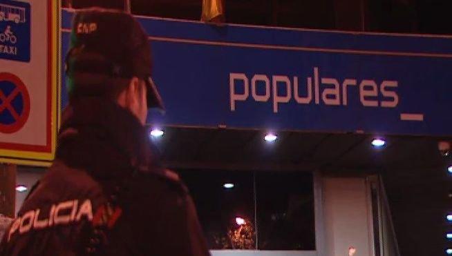 La policía registra la sede del PP madrileño por orden judicial.