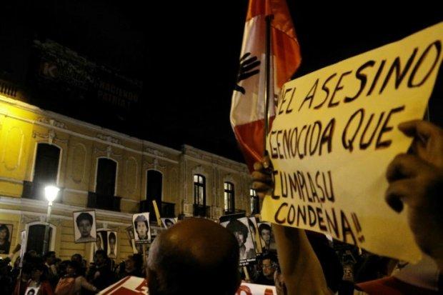 _Los manifestantes frente al local del partido fujimorista en Lima - Foto Juan Zapata