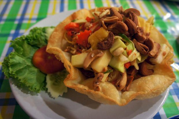 Papaya salad with fruits (Som tam pon la máai)