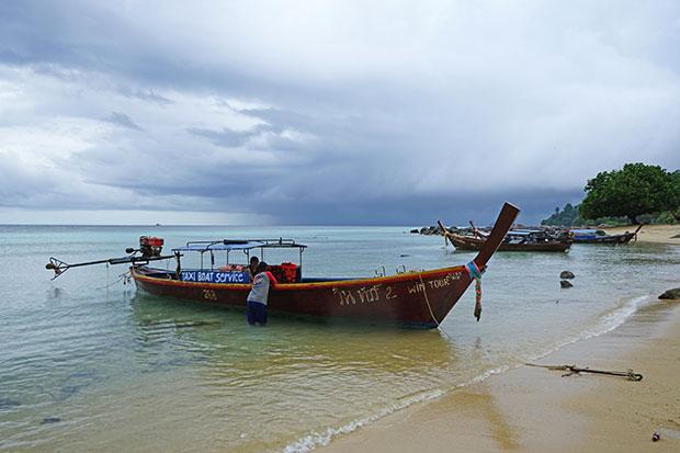 Barca de cola larga típica Tailandia