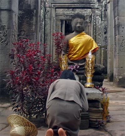 Señora rezando en Angkor Wat