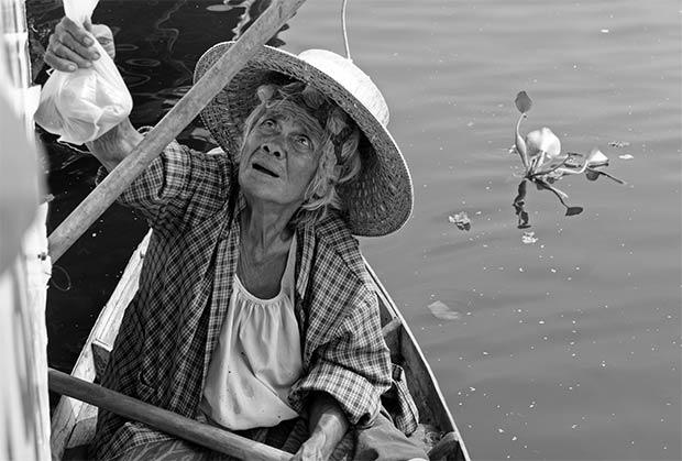 Vendedora mayor en el mercado flotante