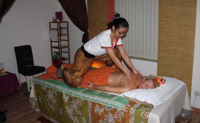 mujer tailandesa haciendo un masaje