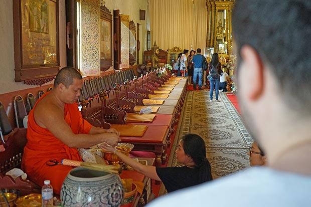 Monjes y las costumbres en Tailandia