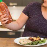 Grávida segurando pimenta