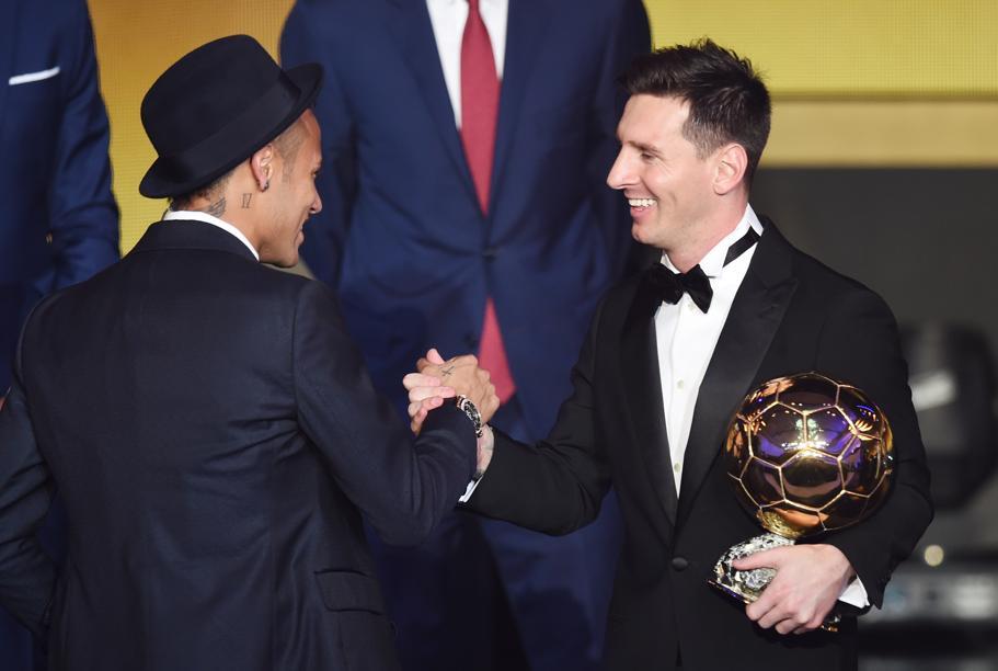 Neymar felicita a Lionel Messi tras el quinto balón de oro.