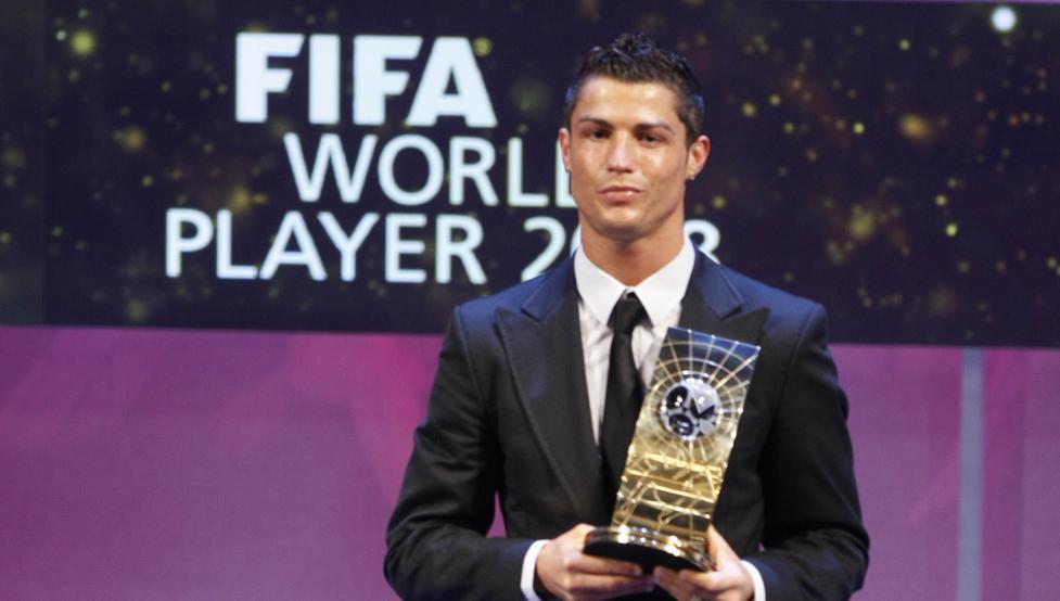 رونالدو يفوز بالكرة الذهبية لأفضل لاعب في العالم لخامس مرة
