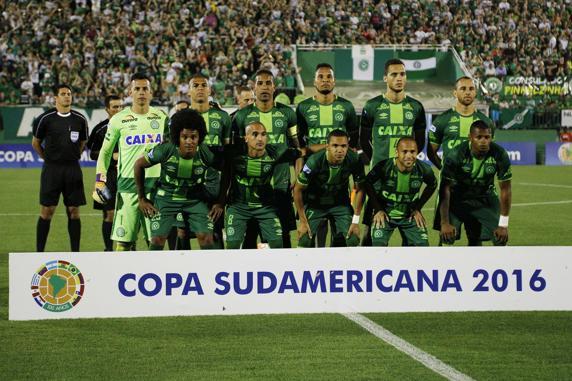 Los jugadores del Chapecoense posan al inicio del partido de vuelta por las semifinales de la Copa Sudamericana