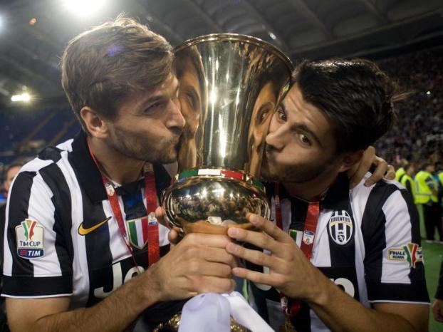 Llorente y Morata besan la copa