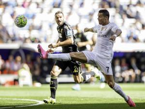 Lombán sigue la carrera a Cristiano en la lucha por un balón.
