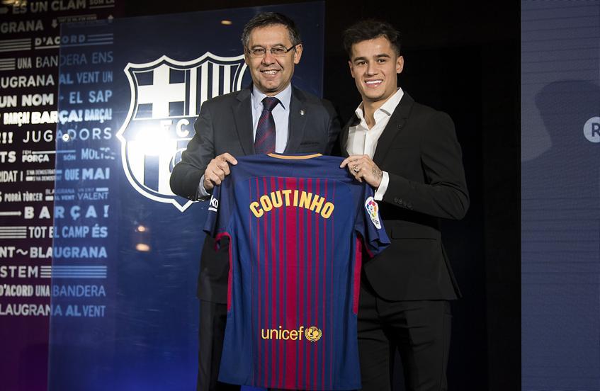 Philippe Coutinho posa con el presidente del Barça