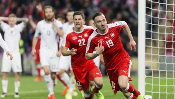 Josip Drmic celebra el gol que ha dado el triunfo a Suiza ante Letonia.