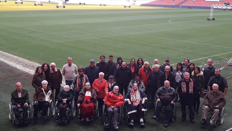 Los participantes de los Talleres de Fútbol Reminiscencia, en los que se busca estimular la memoria a través del Athletic, visita San Mamés