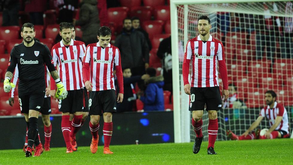 Iago Herrerín se retira junto a sus compañeros tras encajar el gol en la última jugada del partido ante el Formentera
