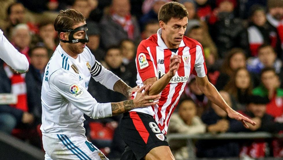 Iturraspe, ante Sergio Ramos, se retiró lesionado.