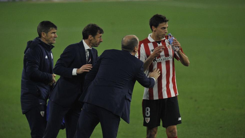 Iturraspe recibe instrucciones del cuerpo técnico durante el partido en el Villamarín.