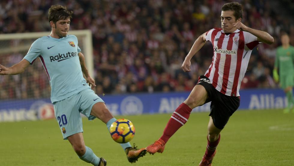 Córdoba pugna por un balón con Sergi Roberto en el partido con el Barça