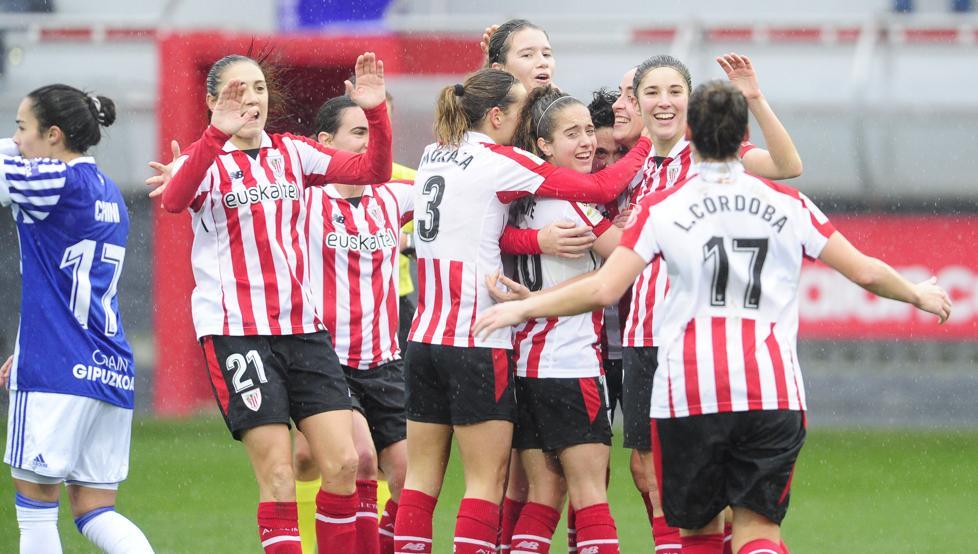 Las rojiblancas celebran el segundo gol, obra de Maite