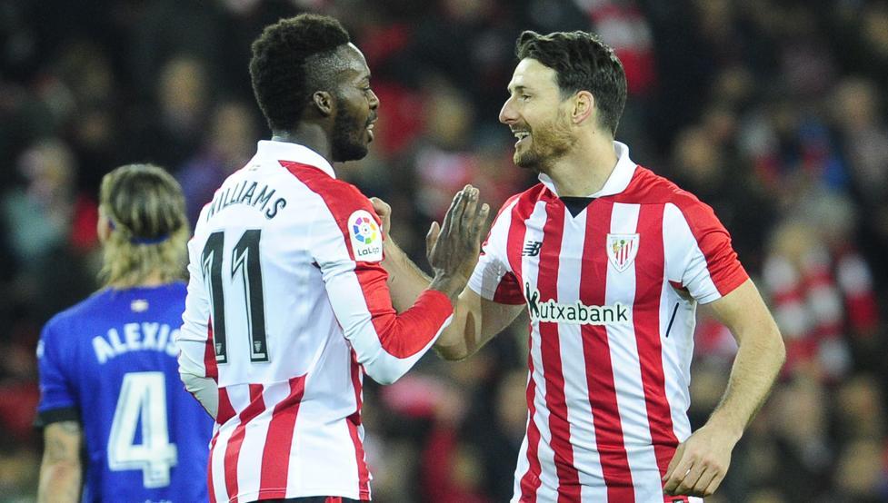 Williams y Aduriz celebran el segundo gol rojiblanco