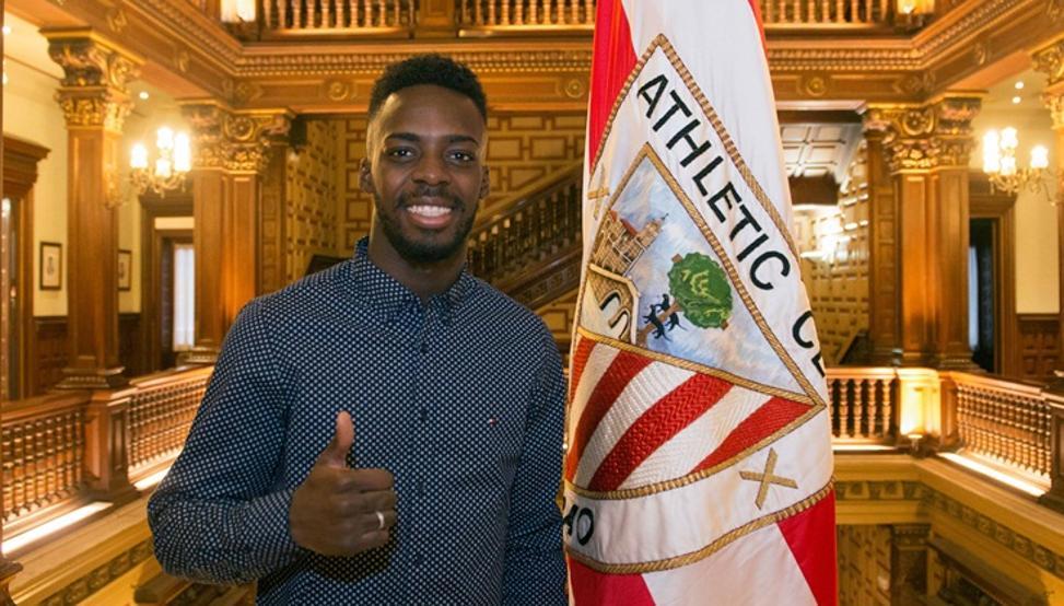 Iñaki Williams posa en Ibaigane tras firmar su renovación con el Athletic hasta 2025