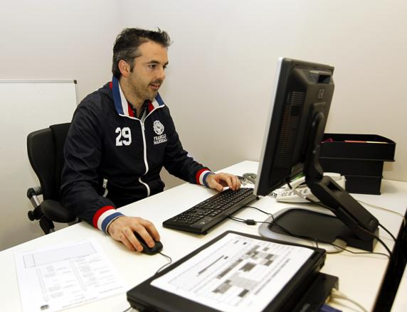 Borregán, en su despacho en las oficinas del Barça. El ex juhador, hoy técnico del Voltregà femenino, es el responsable de la logística del Palau Blaugrana.