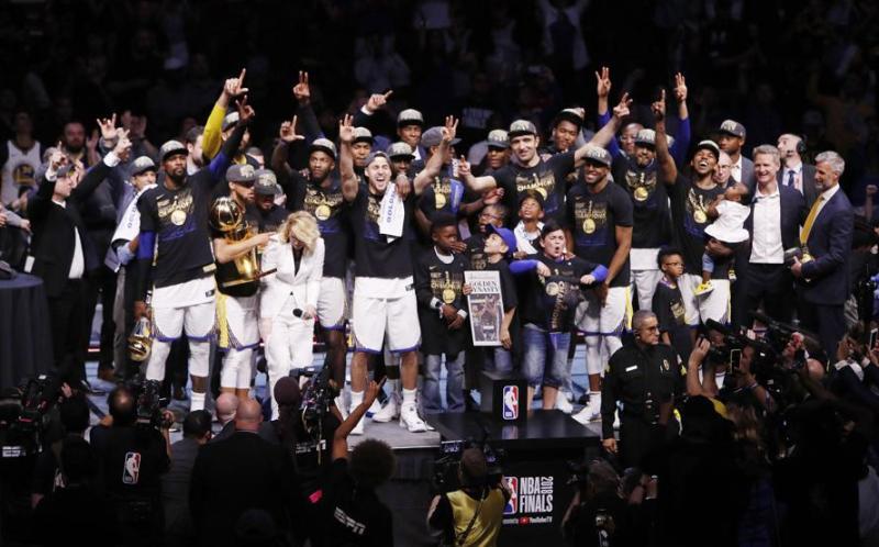 Los jugadores de los Golden State Warriors posan con el trofeo que les acredita campeones de la NBA.