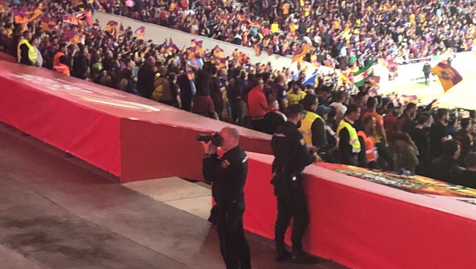 Un policia nacional, haciendo fotografías a la grada del Wanda Metropolitano (Twitter @depenalty)