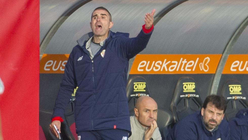 Garitano da instrucciones durante el Bilbao Athletic-Arenas en Lezama.