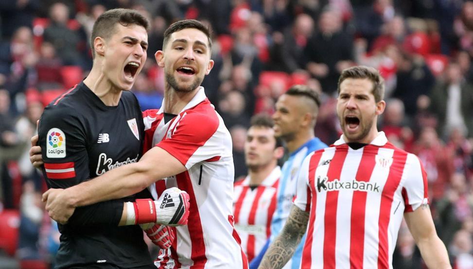 Yeray celebra con Kepa el paradón que hizo al despejar el penalti del Málaga