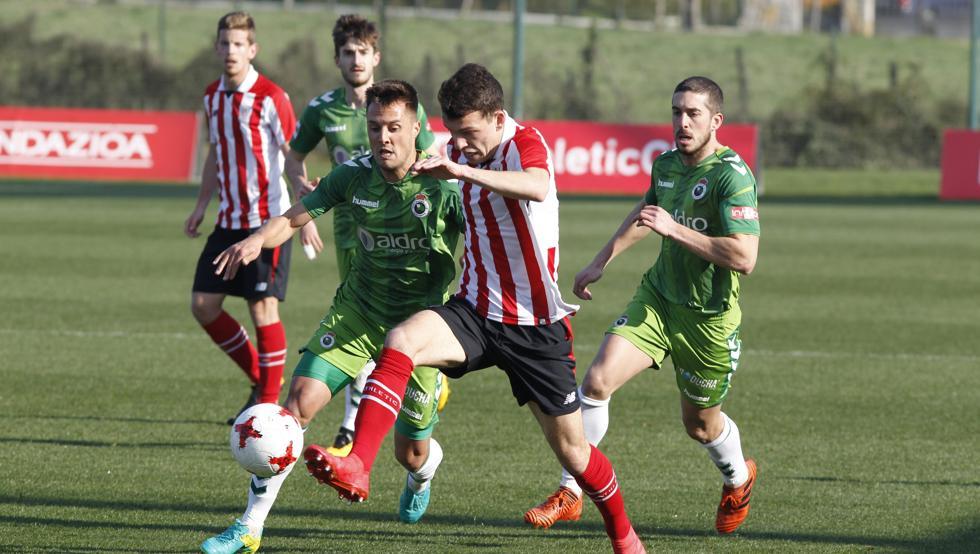 Iñigo Vicente, en la imagen frente al Racing, anotó el gol del filial ante el Peña Sport.