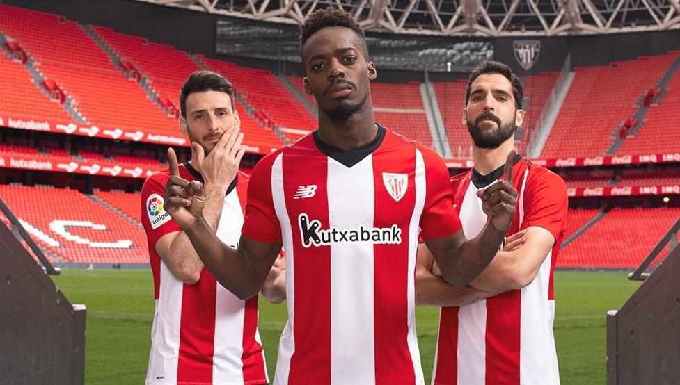 Aduriz, Williams y Raúl García posan con la nueva camiseta elaborada para la temporada 2018-19