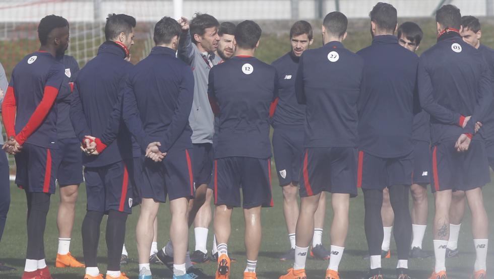 Ziganda charla con sus jugadores en un entrenamiento en Lezama durante la temporada.