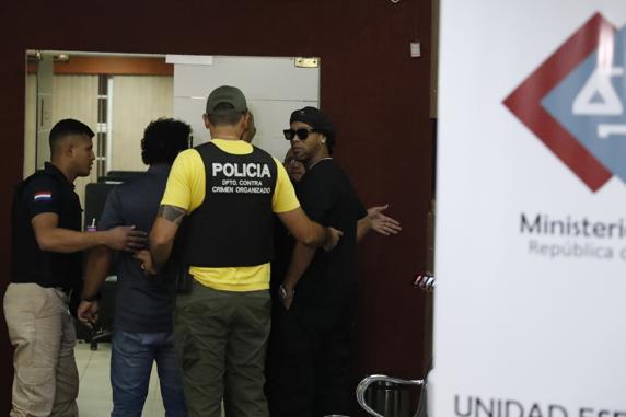 Ronaldinho, junto a los agentes de la policía paraguaya