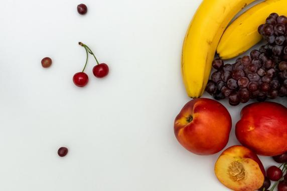 Existe la falta creencia de que comer fruta engorda (Unsplash)