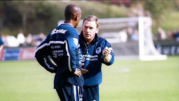 Javier Clemente dialoga con Víctor Bonilla en su etapa como entrenador de la Real (Mundo Deportivo)