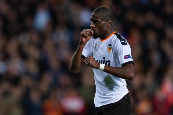 Geoffrey Kondogbia celebra un gol con el Valencia.