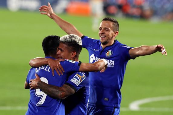 Ángel Rodríguez celebra su segundo gol con el Cucho, tercero del equipo ante el Real Betis.  EFE / Kiko Huesca